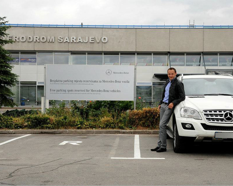 Enis Bešlagića sa svojim Mercedesom parkiranim na Međunarodnom Aerodromu Sarajevo - Obilježavanje parking mjesta za besplatno parkiranje Mercedes-Benz vozila na Aerodromu Sarajevo